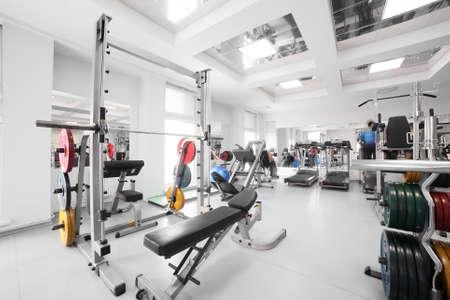 interieur van de nieuwe moderne fitnessruimte met apparatuur Stockfoto