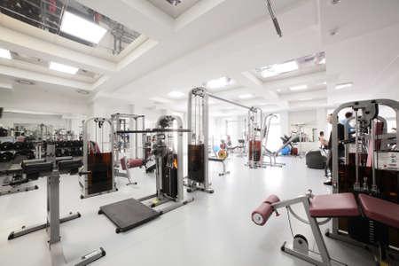 interieur van de nieuwe moderne fitnessruimte met apparatuur
