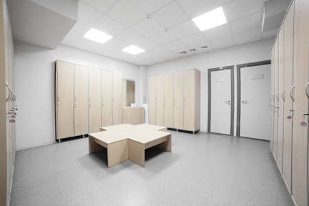 Mooi interieur van de kleedkamer in de gymzaal Stockfoto