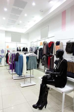 tienda de ropa: europeo interior de la tienda de ropa en el centro comercial moderno