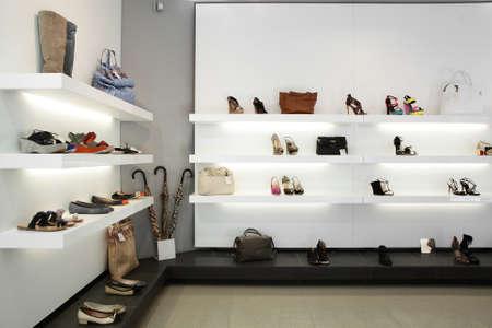 tienda de ropa: brillante tienda de zapatos grandes, con colección de lujo