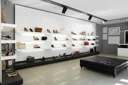 Heldere grote schoenenwinkel met luxe collectie Stockfoto - 24294020