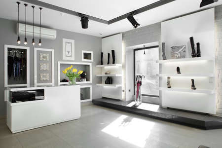 iluminacion: brillante tienda de zapatos grandes, con colección de lujo