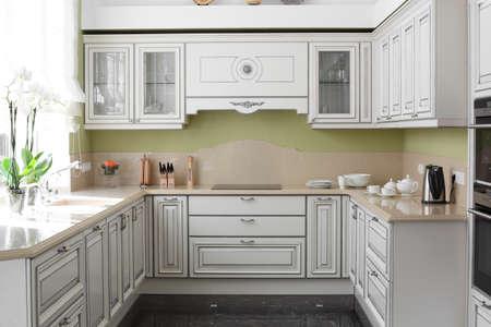 モダンな家具と豪華なキッチン インテリア