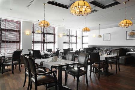 素敵な明るいインテリアとモダンなヨーロッパのレストラン