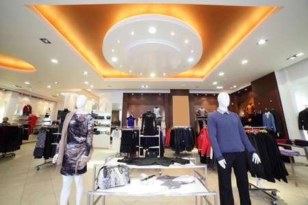 iluminacion: europeo interior de la tienda de ropa en el centro comercial moderno