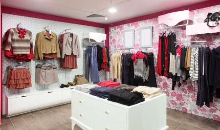 Europese kledingwinkel interieur in moderne mall Stockfoto - 24251105