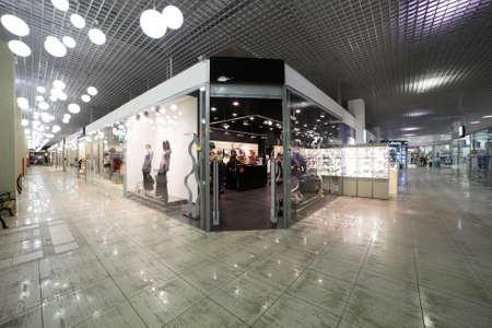 モダンなインテリアとおしゃれなショッピング モールでのウィンドウ 写真素材