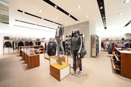tienda de ropas: european tienda de ropa de moda en pleno centro comercial