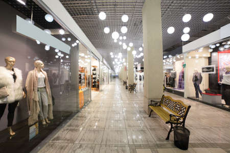 モダンなインテリアとおしゃれなショッピング モール内のウィンドウ 写真素材
