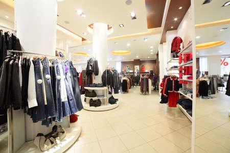 kledingwinkel: europese kledingwinkel interieur in moderne mall Stockfoto