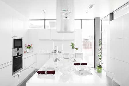 モダンな家具と豪華な白いキッチン インテリア