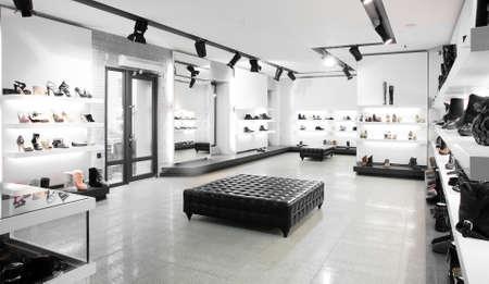 Heldere grote schoenenwinkel met nieuwe collectie