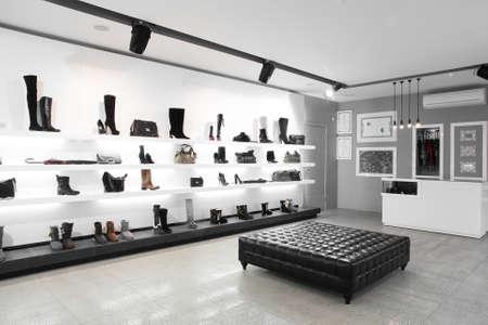新しいコレクションで明るい大きな靴ストア 写真素材