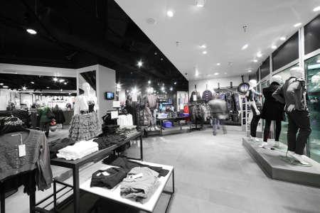 europäischen Bekleidungsgeschäft Interieur im modernen Einkaufszentrum