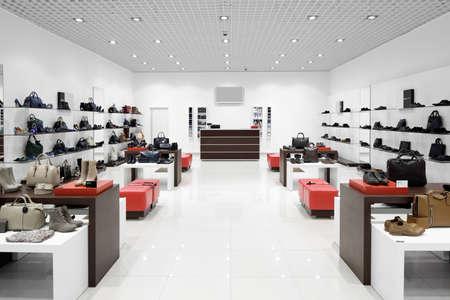 tienda de zapatos: interior brillante y de moda de la tienda de zapatos en el moderno centro comercial