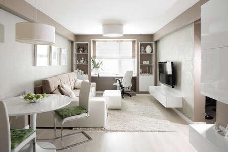 atmosfera: interior grande y brillante de la moderna sala de estar