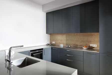 明るいキッチンの美しいとモデルのインテリア