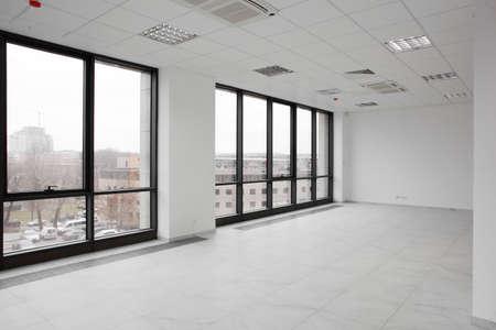 白い壁と事務所のブランドの新しいインテリア 写真素材
