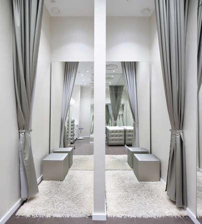 Interior hermoso y limpio de vestidor en la tienda Foto de archivo - 28488644