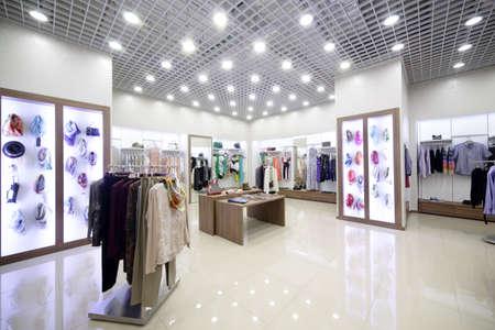luxueuze en modieuze gloednieuwe interieur van doek winkel