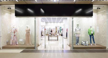 mannequin: fenêtre lumineuse et à la mode de magasin européen moderne Banque d'images