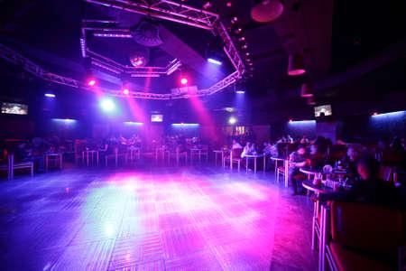 明るく、美しい夜のクラブのカラフルなインテリア