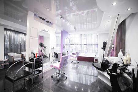 barbershop: gloednieuw interieur van europese schoonheidssalon Stockfoto
