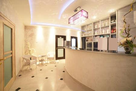 nuevo interior de la marca de un salón de belleza europeo