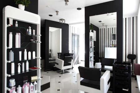 cabello negro: nuevo interior marca de salón de belleza europeo Foto de archivo