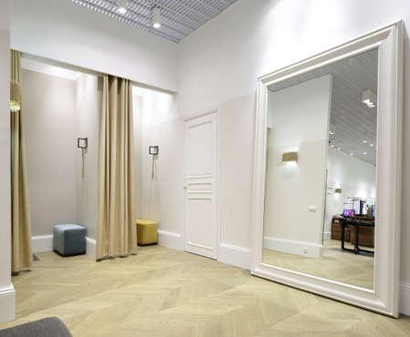 mooi en schoon interieur van de kleedkamer in de winkel Stockfoto