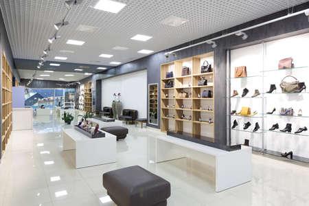 shoe store: interior brillante y de moda de la tienda de zapatos en el centro comercial moderno