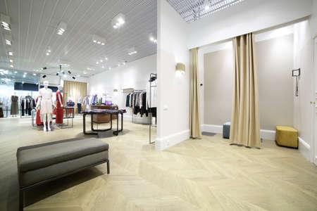 comercial: interior hermosa y limpia de vestuario en la tienda Foto de archivo