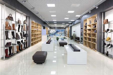 pracoviště: světlý a módní interiér prodejny obuvi v moderním středisku