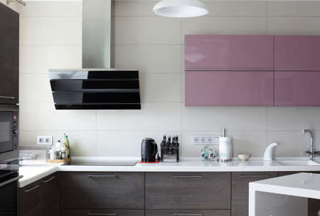 明るいキッチンの美しいとモデルのインテリア 写真素材 - 32329117