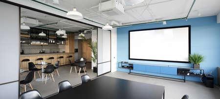 Sala de reuniones con proyector en la oficina moderna Foto de archivo - 32330145