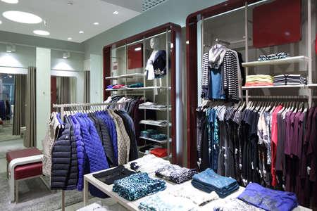 tienda de ropa: de lujo y de moda nuevo interior de la marca de tienda de ropa