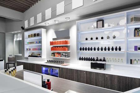 lichte en stijlvolle luxe parfum winkel met beroemde parfum Stockfoto