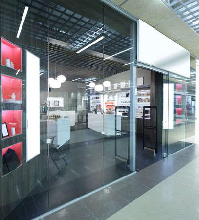 tienda de ropa: ventana brillante y de moda de la tienda europea moderna