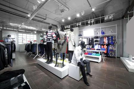 tienda de ropa: de lujo y de moda nuevo interior de marca de la tienda de tela
