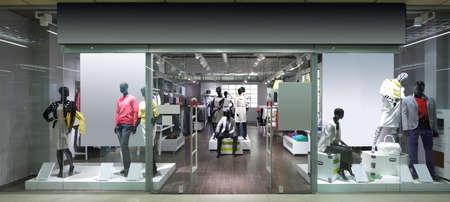Fenêtre lumineuse et à la mode de magasin européen moderne Banque d'images - 32342814