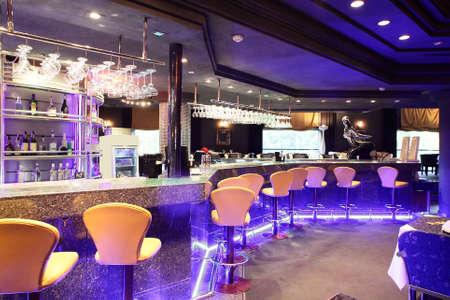 barra de bar: hermoso nuevo restaurante europeo en el centro