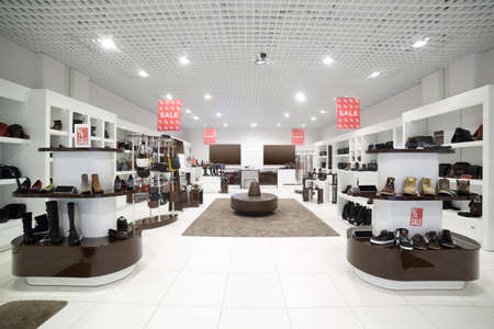 jasne i modne wnętrze sklepu obuwniczego w nowoczesnym centrum handlowym