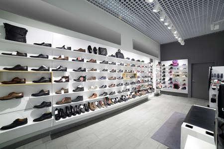 chaussure: intérieur lumineux et à la mode de magasin de chaussures en centre commercial moderne Banque d'images
