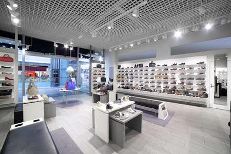 Intérieur lumineux et à la mode du magasin de chaussures commercial moderne Banque d'images - 32446417