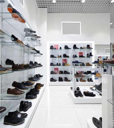 tienda de zapatos: interior brillante y de moda de la tienda de zapatos en el centro comercial moderno