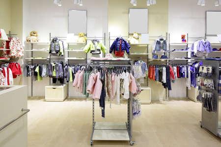 豪華さと子供の布のファッショナブルなブランドの新しいインテリア ストアします。 写真素材 - 34076233