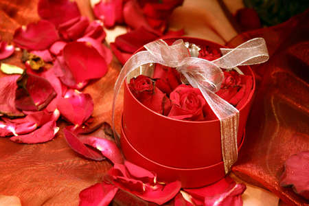 cor: boxed fresh red romantic roses