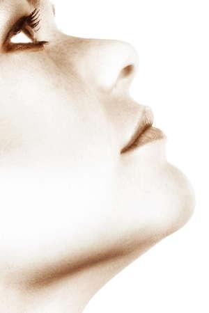 smoky eyes: primo piano della faccia della donna giovane con gli occhi fumosi