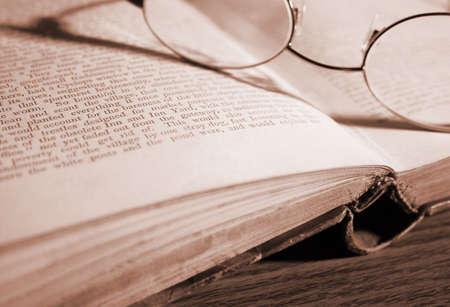 gafas de lectura: Cristales de la lectura en un libro viejo, abierto